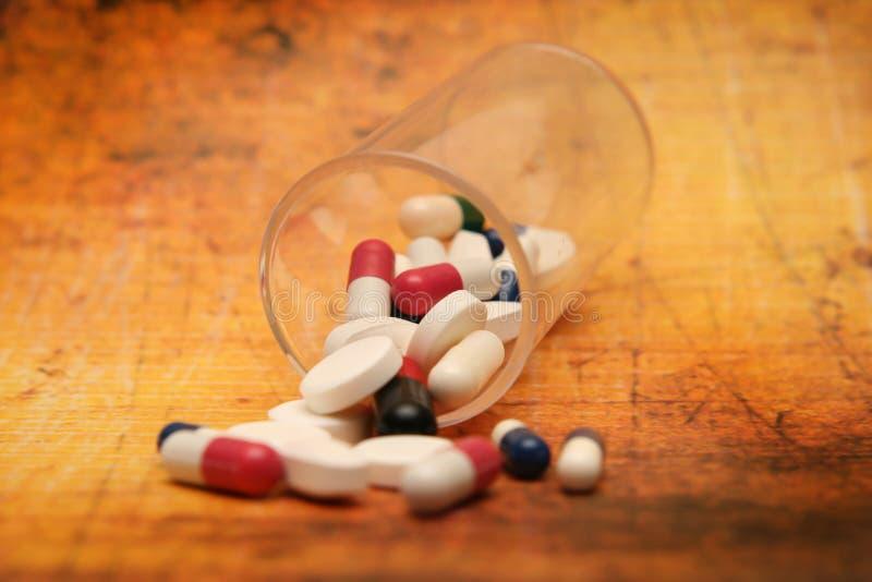 Pills på grungebakgrund arkivbilder