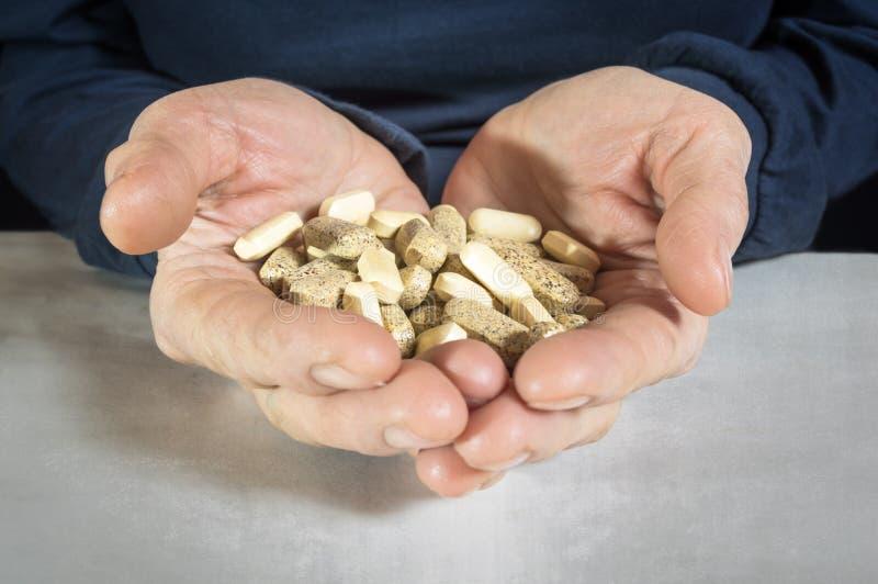 Pills räcker in arkivbilder