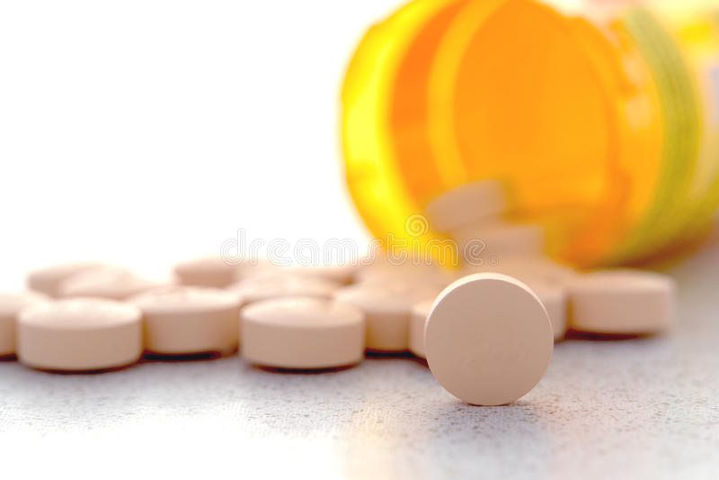 Pillules de douleur de médicament de prescription et bouteille de drogue photo stock