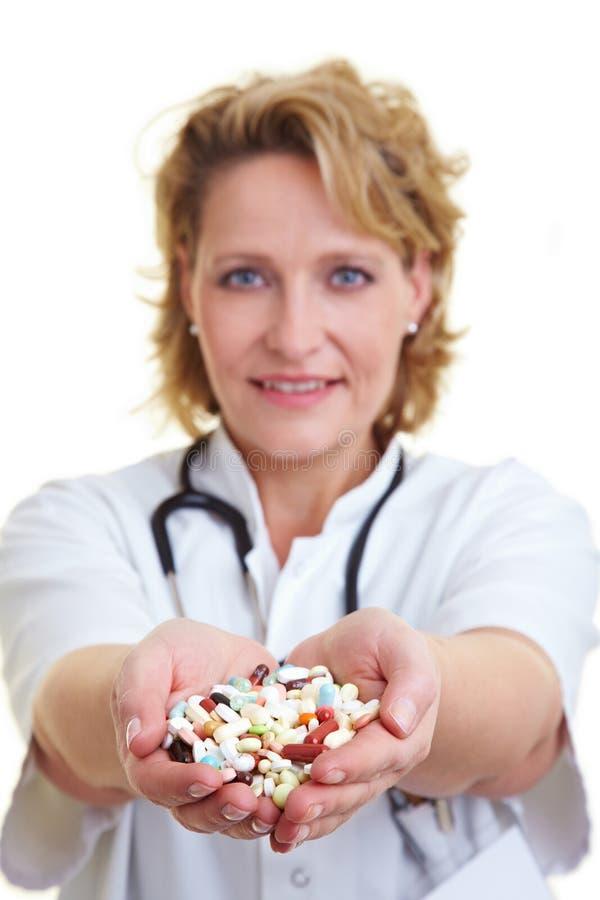 Pillules de offre de docteur images stock