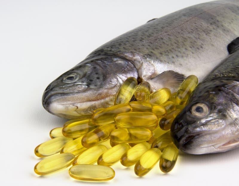 Pillules et poissons d'huile de poisson image libre de droits