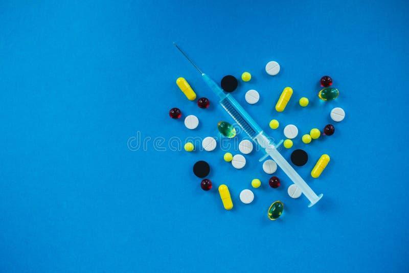 Pillules médicales Pilules et capsule colorées sur le fond bleu Pha photo libre de droits