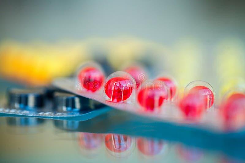 Pillules médicales Pilules et capsule colorées sur le fond bleu Pha images libres de droits