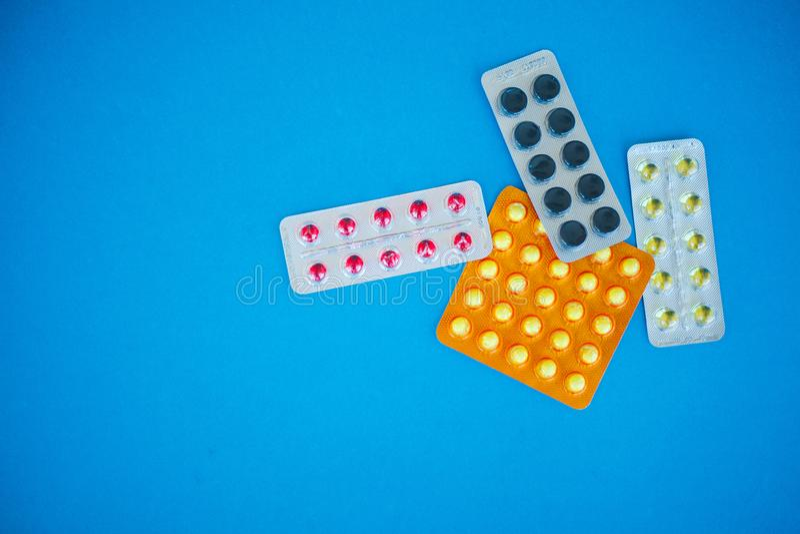 Pillules médicales Pilules et capsule colorées sur le fond bleu Thème de pharmacie, pilules de capsule avec l'antibiotique de méd images stock