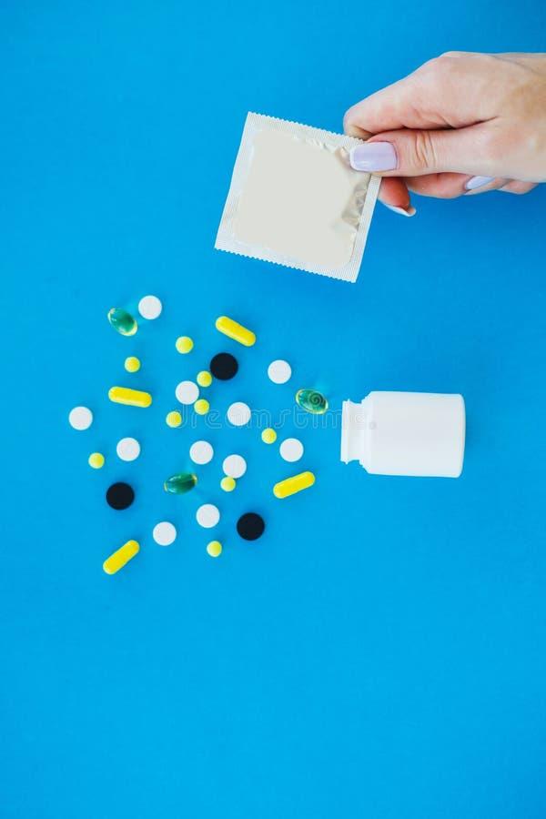 Pillules médicales Pilules et capsule colorées sur le fond bleu Thème de pharmacie, pilules de capsule avec l'antibiotique de méd image libre de droits