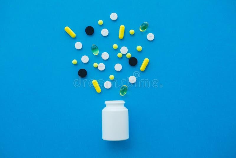 Pillules médicales Pilules et capsule colorées sur le fond bleu Thème de pharmacie, pilules de capsule avec l'antibiotique de méd photo libre de droits