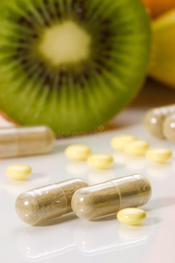 Pillules ou fruits photo libre de droits