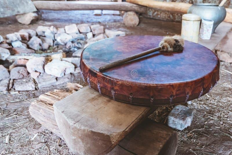 Pilon antique de tambour de basque et de tambour d'amerindian Endroit du rituel images stock