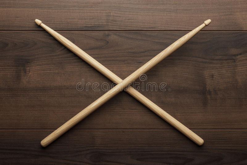 Pilon en bois croisé sur la table en bois images libres de droits