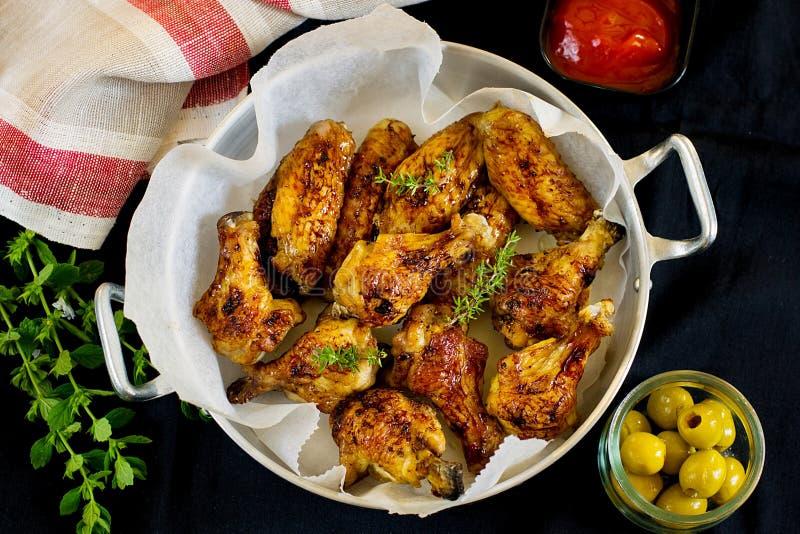 Pilon et ailes de poulet vitrés photo libre de droits
