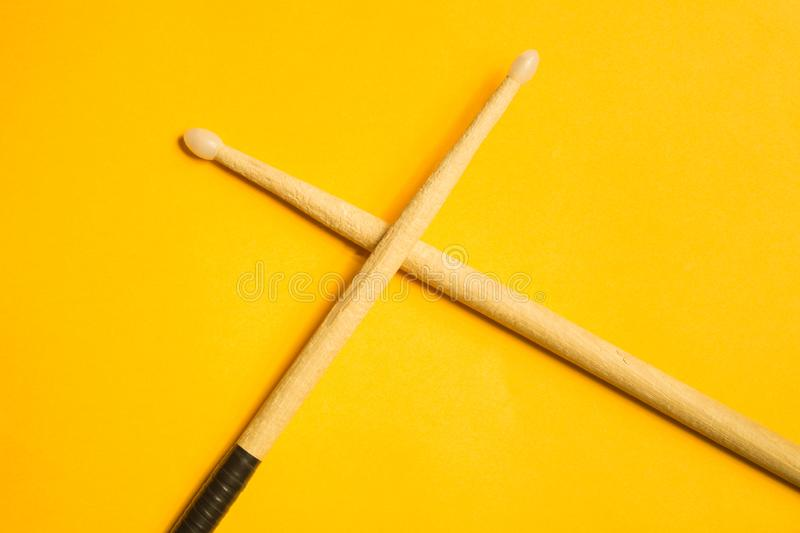 Pilon utilisé d'isolement sur le fond jaune Copiez l'espace image libre de droits
