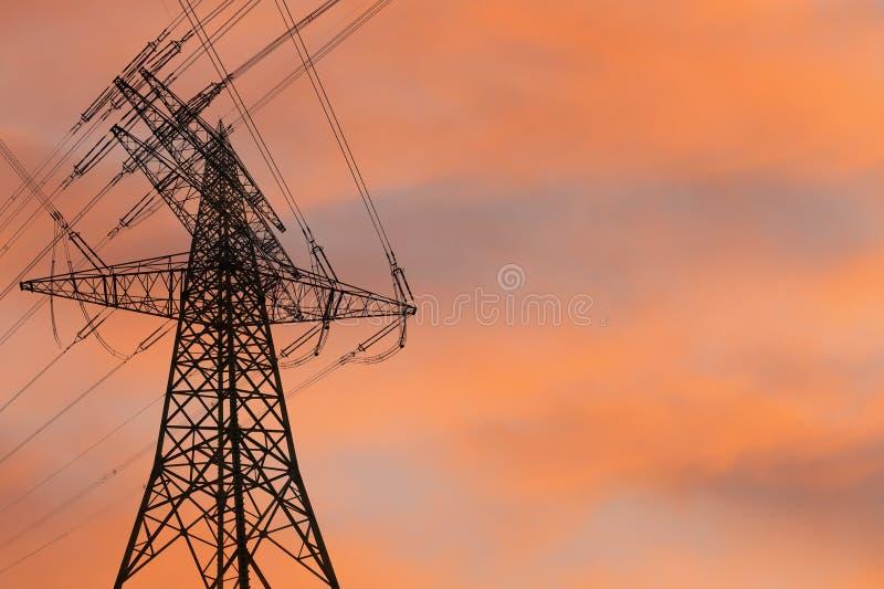 Pilone di elettricità al tramonto fotografia stock