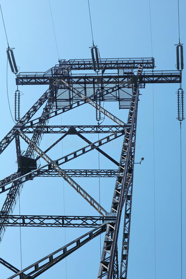 Pilone di elettricità contro cielo blu fotografie stock libere da diritti
