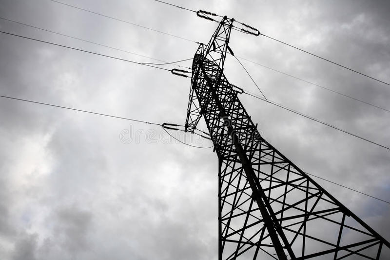 Pilone di elettricità in giorno lunatico. immagini stock libere da diritti