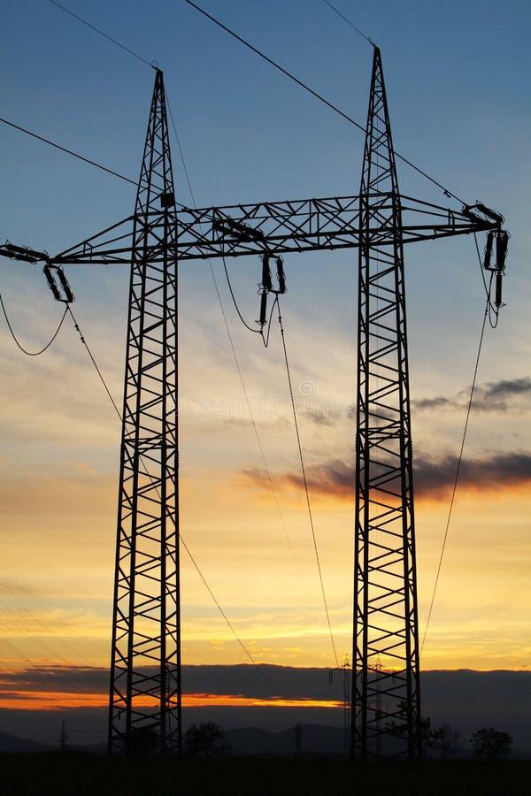Pilone di elettricità sul tramonto fotografie stock