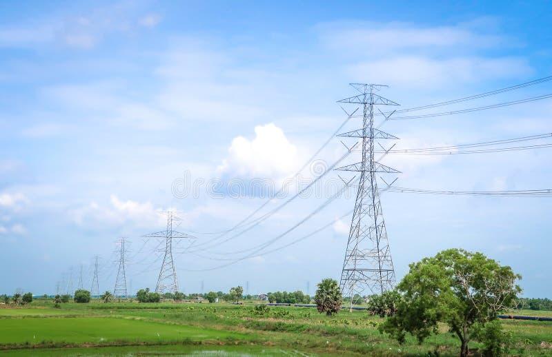 Pilone di elettricit? in cielo blu immagini stock