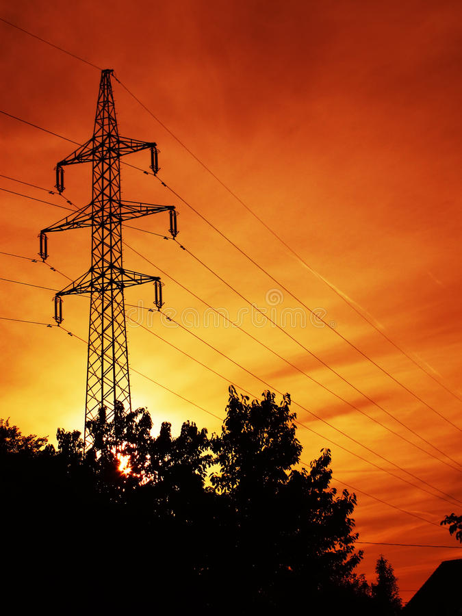 Pilone di energia elettrica al tramonto immagine stock