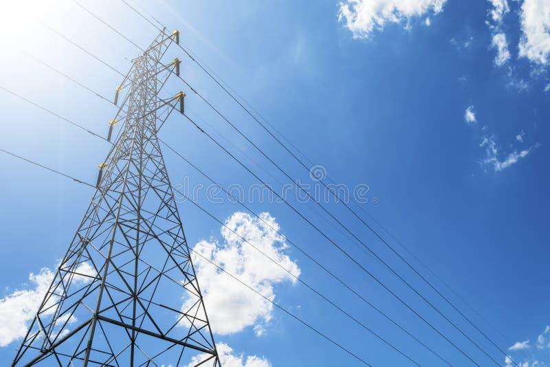 Pilone elettrico ad alta tensione di energia della torre della trasmissione contro Th fotografia stock