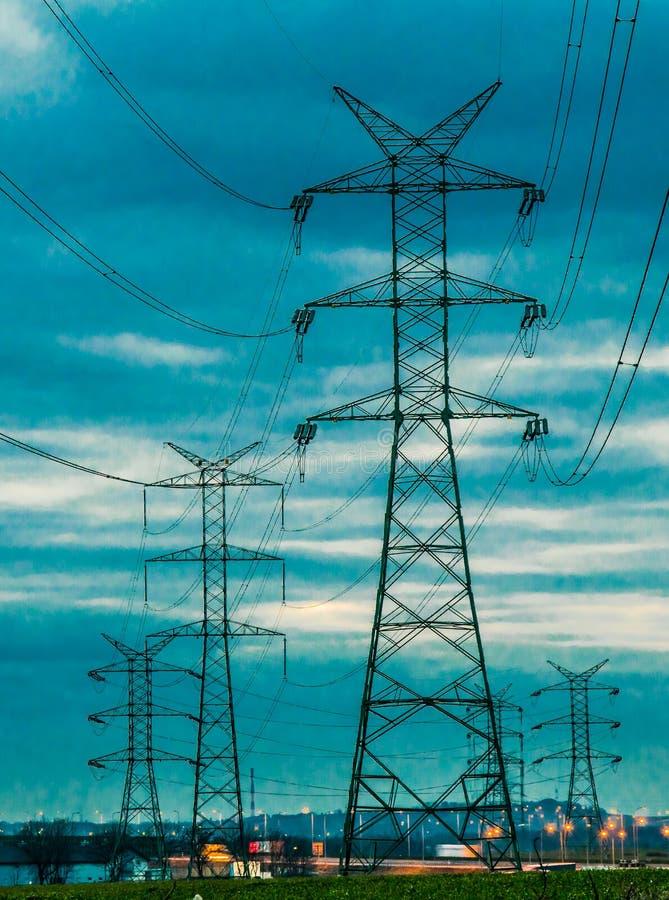 Pilone elettrico ad alta tensione di energia della torre della trasmissione immagine stock libera da diritti