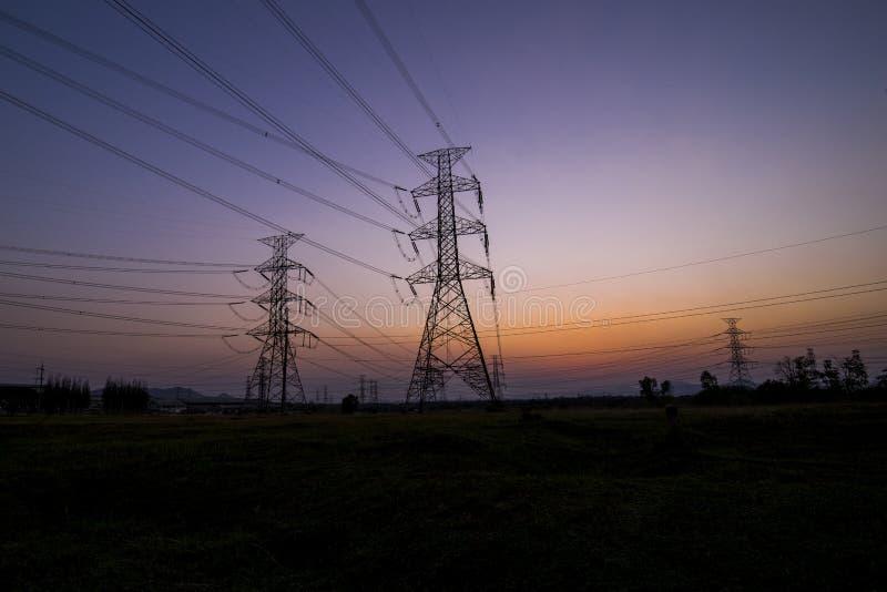 Pilones de la electricidad de la silueta imágenes de archivo libres de regalías