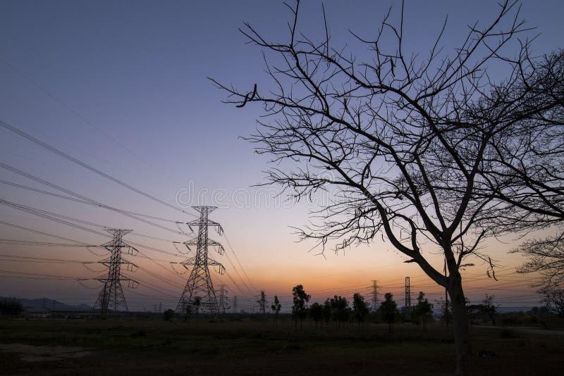 Pilones de la electricidad de la silueta fotos de archivo