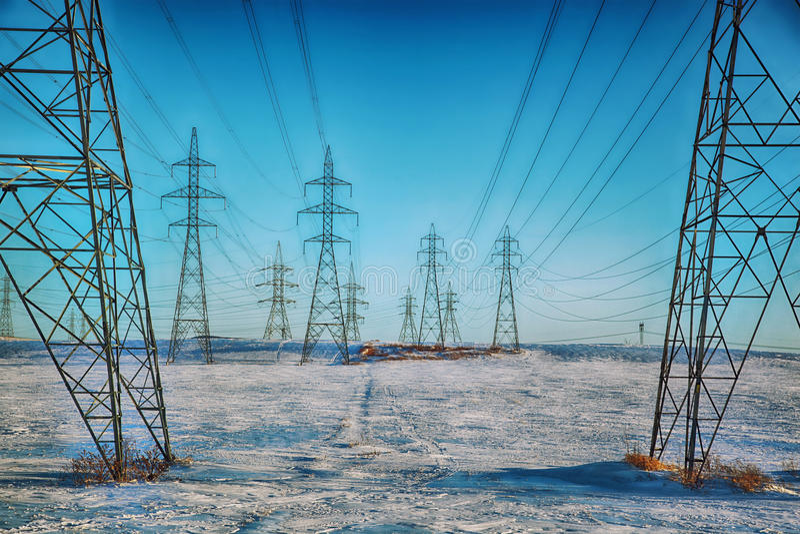 Piloni ad alta tensione di potere di elettricità immagine stock