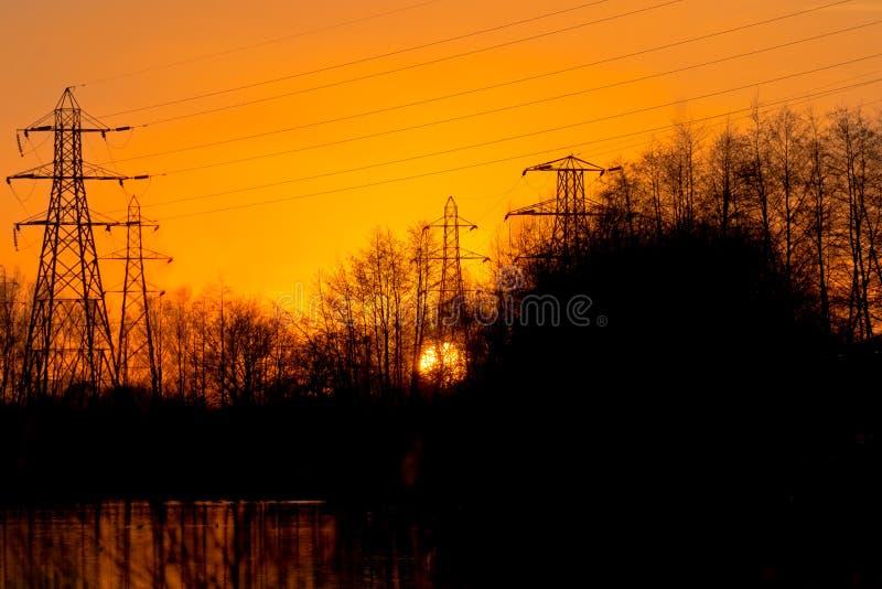 Piloni dal lago al tramonto immagine stock