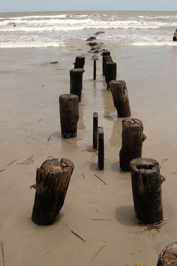 Piloni del pilastro dell'oceano fotografia stock libera da diritti