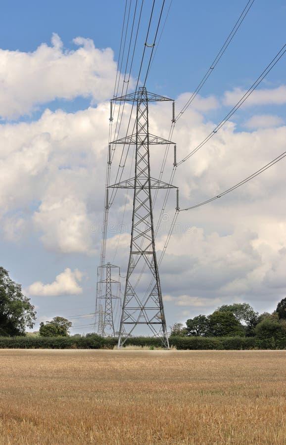 Piloni di Electiricty in un paesaggio inglese immagine stock libera da diritti