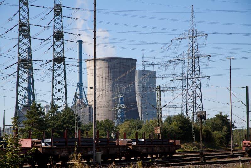 Piloni di elettricità e centrale elettrica Lingen Emsland fotografie stock libere da diritti