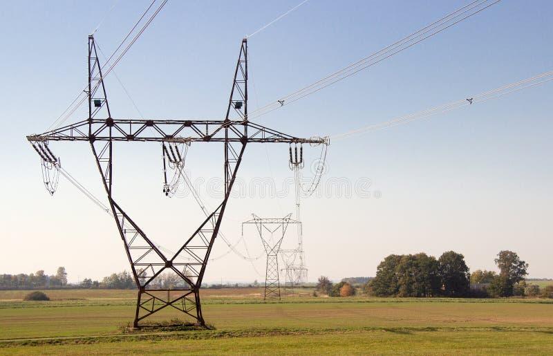 Piloni di elettricit? in un campo fotografia stock libera da diritti