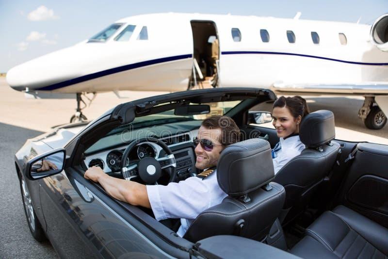 Pilot-And Airhostess In-Kabriolett gegen lizenzfreie stockfotos