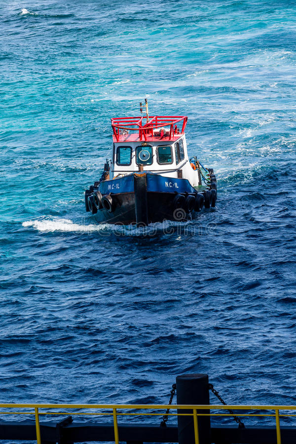 Pilot Boat zum Pier lizenzfreies stockbild