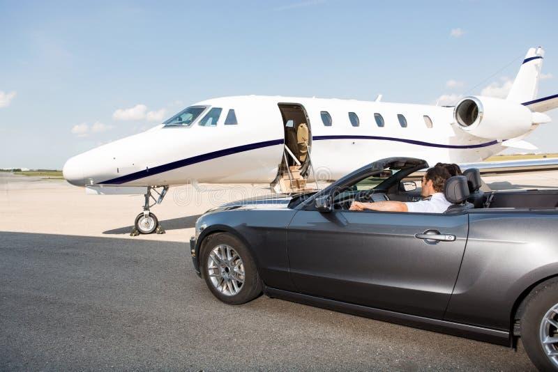Pilot In Convertible Parked mot den privata strålen fotografering för bildbyråer