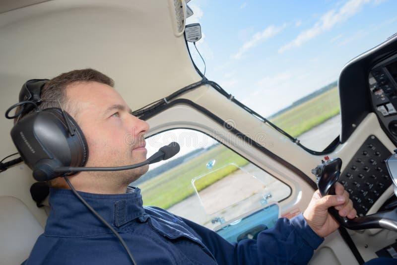 Pilot in den Cockpitflugzeugen stockfoto