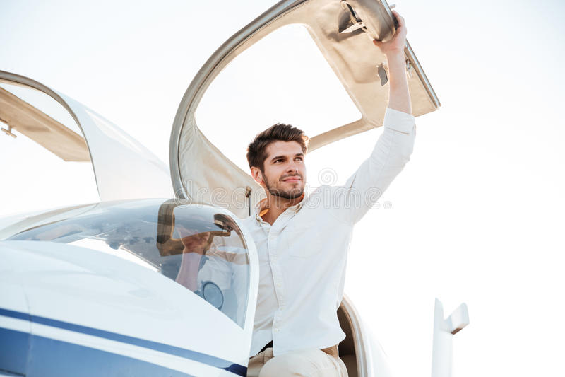 Pilot- få för gladlynt man ut ur nivån, når att ha landat arkivbilder