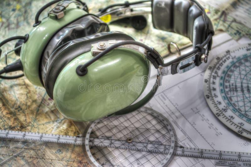 Pilot- hörlurar med mikrofon och andra hjälpmedel i hdr royaltyfri bild