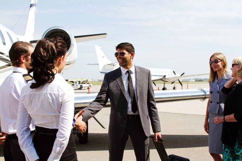 Pilot i pasażer trząść ręki zdjęcia stock