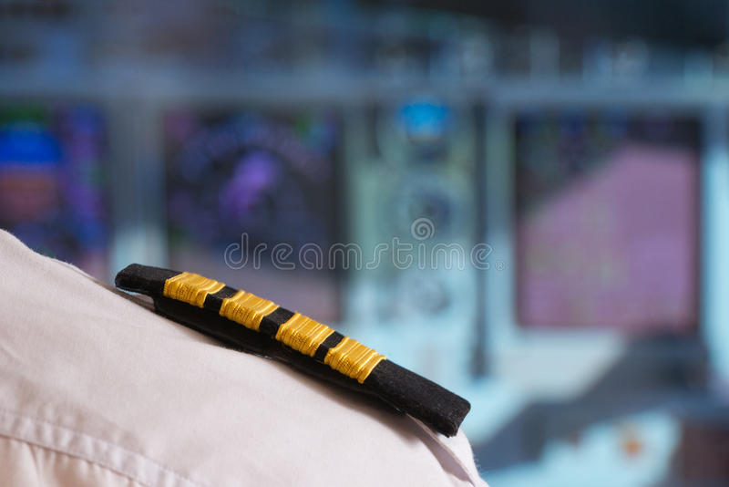 Pilot im airlpane Cockpit stockfoto