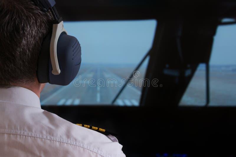 Pilot im airlpane Cockpit lizenzfreies stockbild
