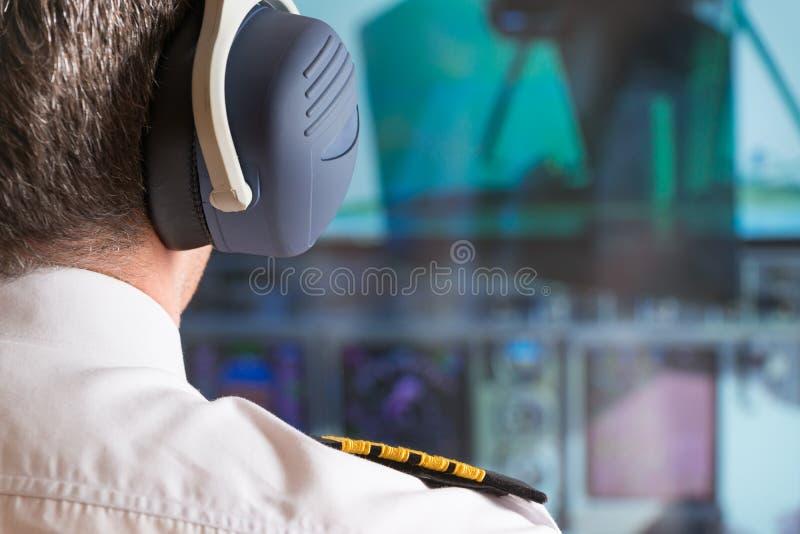 Pilot im airlpane Cockpit stockfotos