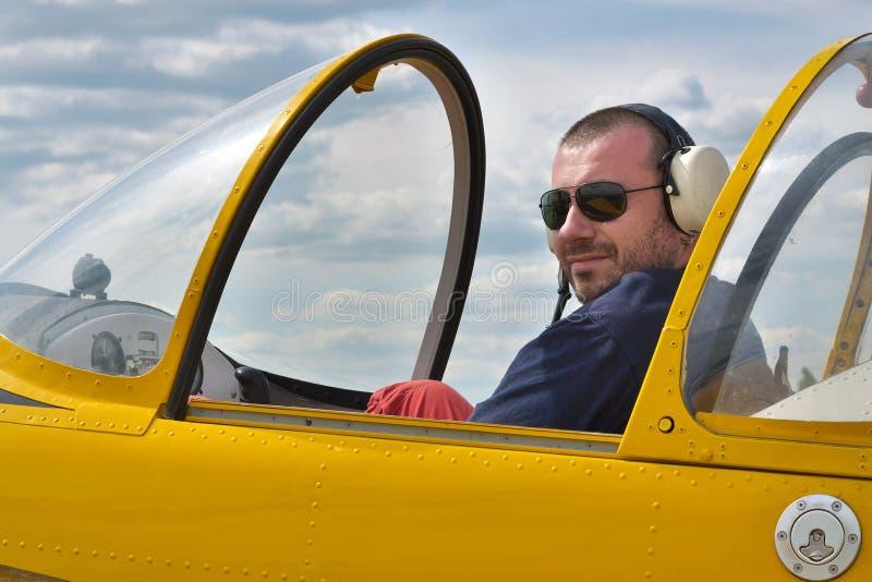 Pilot im Cockpit stockfotografie