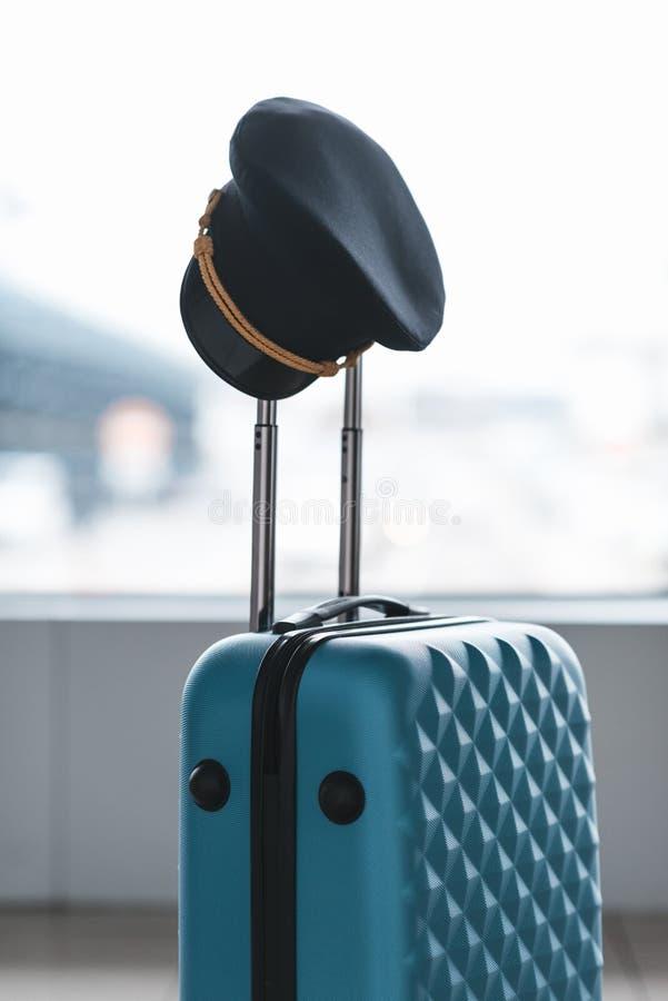 pilot- lock som hänger på handtaget av resväskan arkivfoto