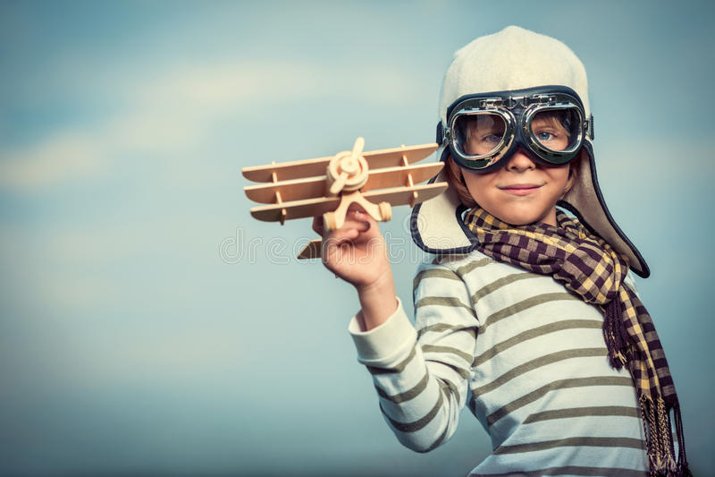 Pilot mit Flugzeug stockbild