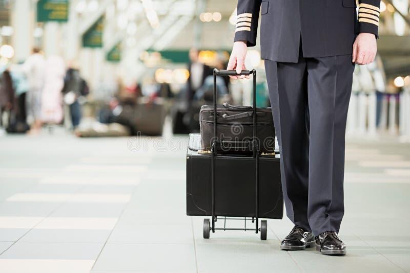 Pilot mit Taschen stockfoto