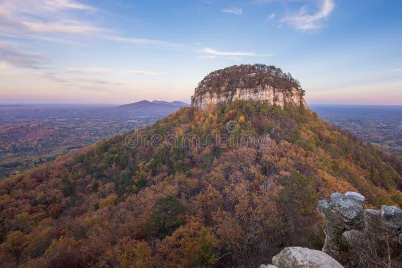 Pilot Mountain im Herbst lizenzfreie stockbilder