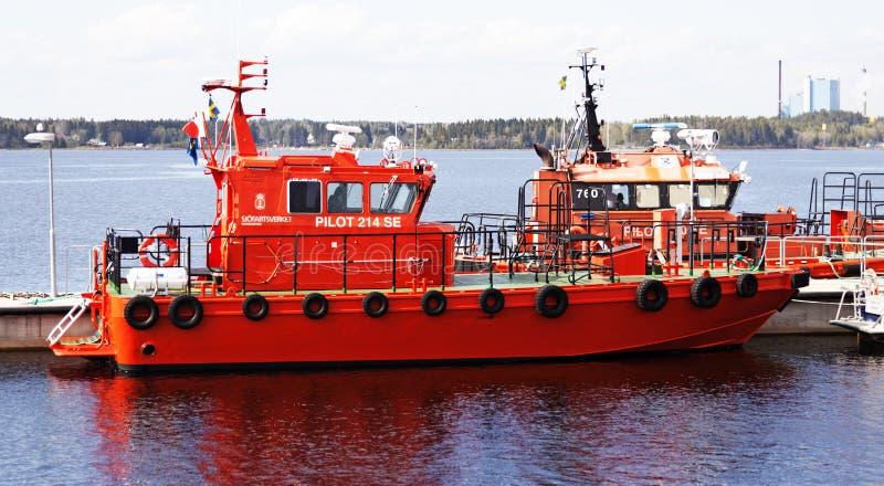 Pilot- och havsräddningsaktionfartyg på uppgift arkivfoto