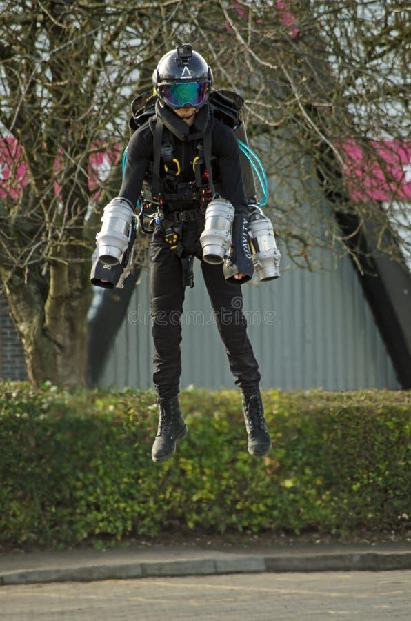 Pilot- Ryan Hopgood flyg med strålpacken royaltyfria bilder