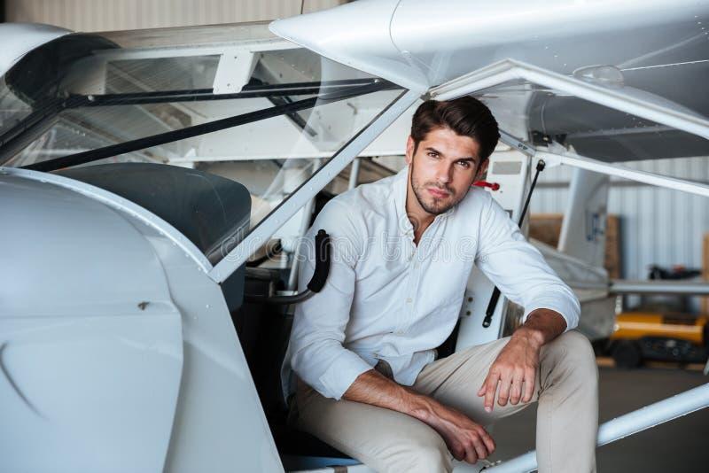 Pilot- sammanträde för man i litet flygplan royaltyfri fotografi