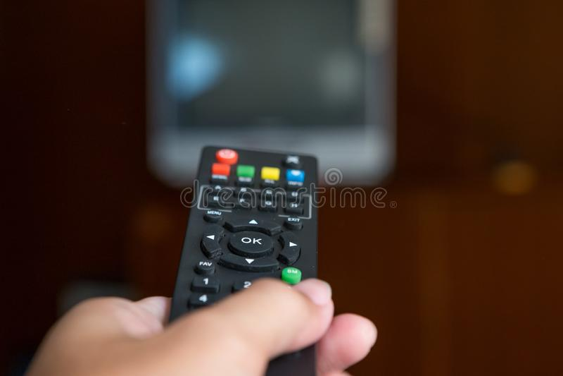 Pilot tv w ręce obraz stock